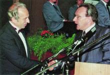 Wilhelm Erb erhält die Verbandsehrennadel